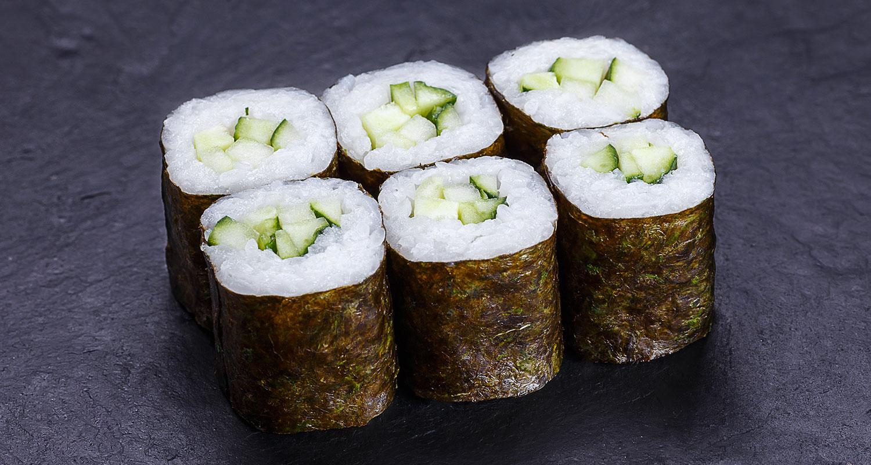 Sushi und Wein Nori-Blatt Reisrolle mit Gurke gefüllt