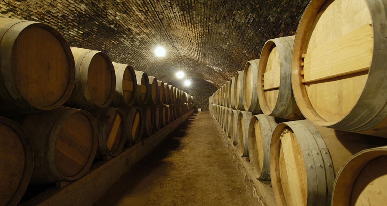 Weinfässen aus Holz in Keller