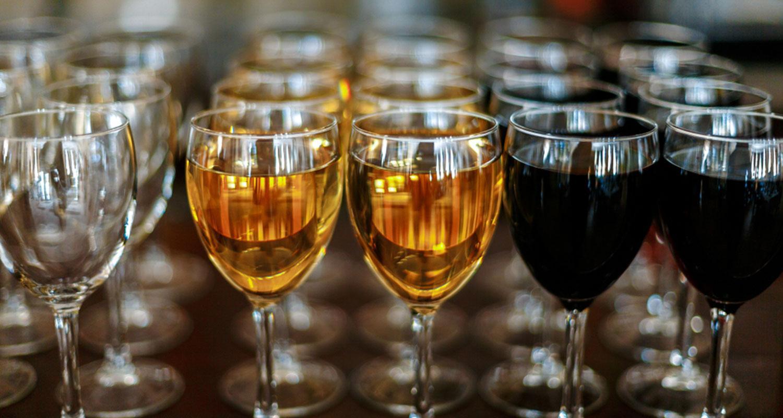 Weingläser gefüllt mit weißem und rotem Wein