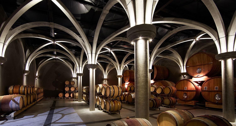 Weinfässer im Keller der Familie Perrin