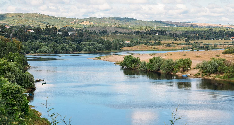 Der Fluss Tejo fließt durch das Weinland Portugal bis nach Spanien