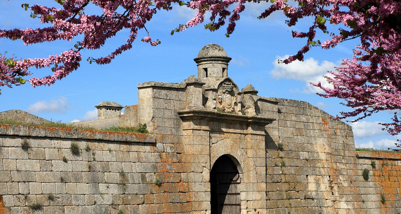Eine Stadtmauer eines Dorfes in Almeida.