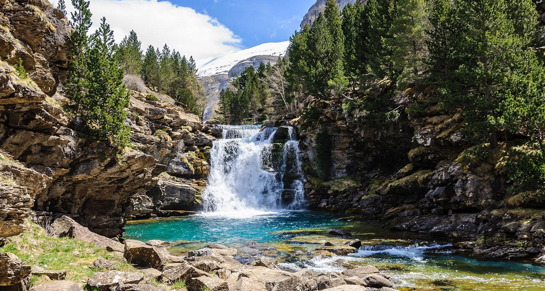 Wasserfall in den Pyrenäen. Neben diesen Naturschauspielen finden sich auch einige Weinanbaugebiete. Unter ihnen Somontano